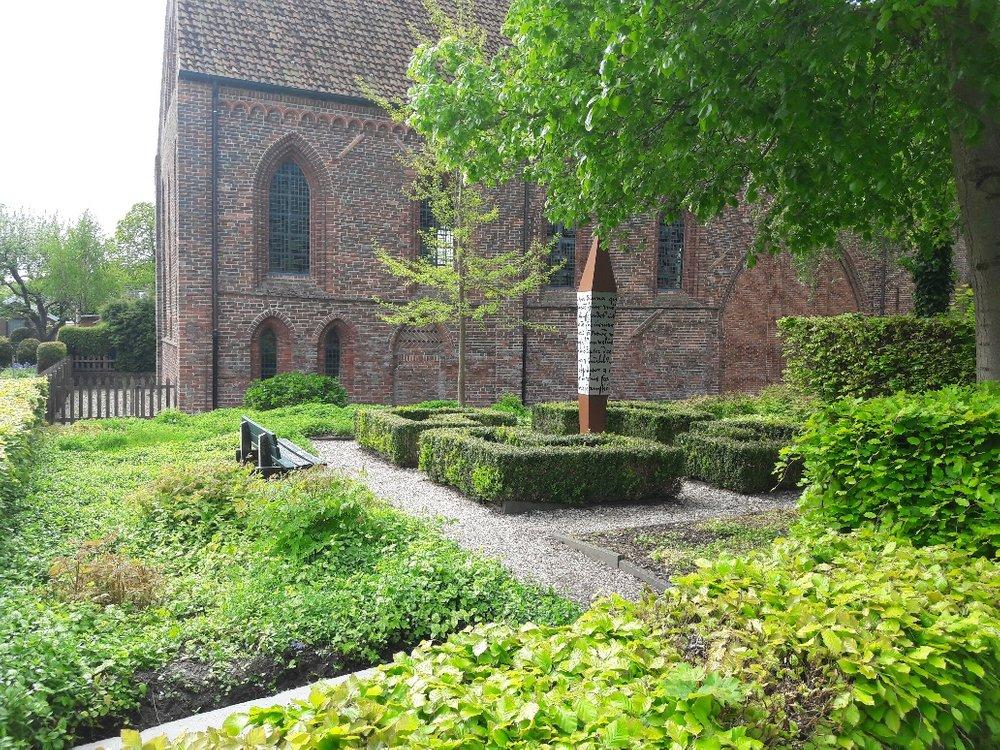 De workshop is tegenover de middeleeuwse Abdijkerk.