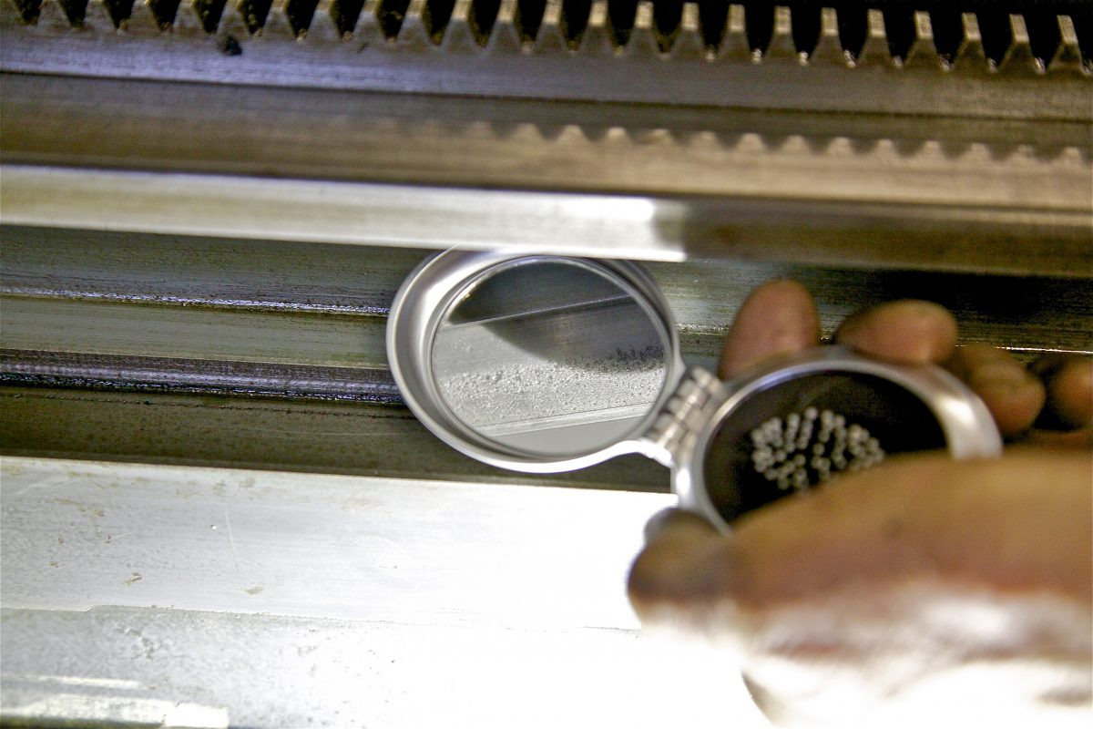 E4 Slijtage wordt bekeken met spiegeltje