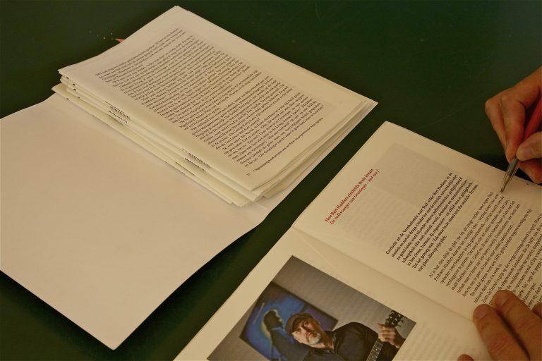 De drukproef wordt nauwkeurig nagekeken op typefouten en onjuiste afbrekingen.