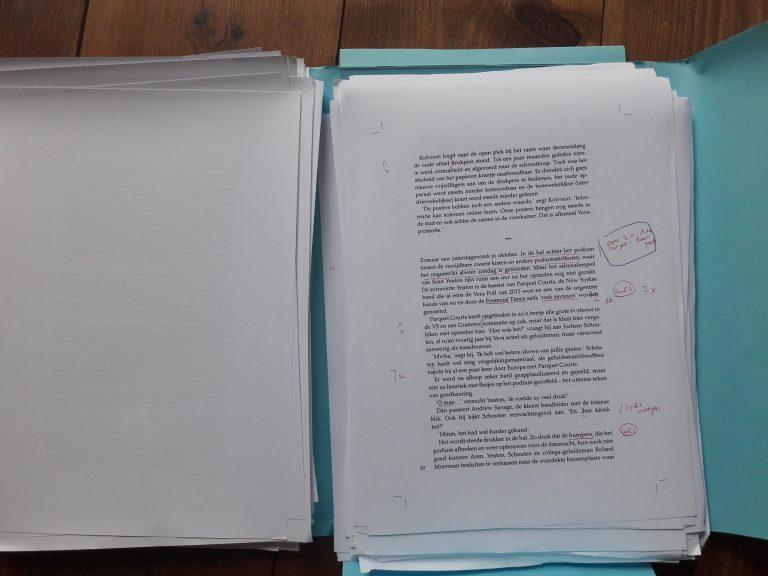 De professionele corrector haalt alle fouten uit het manuscript.